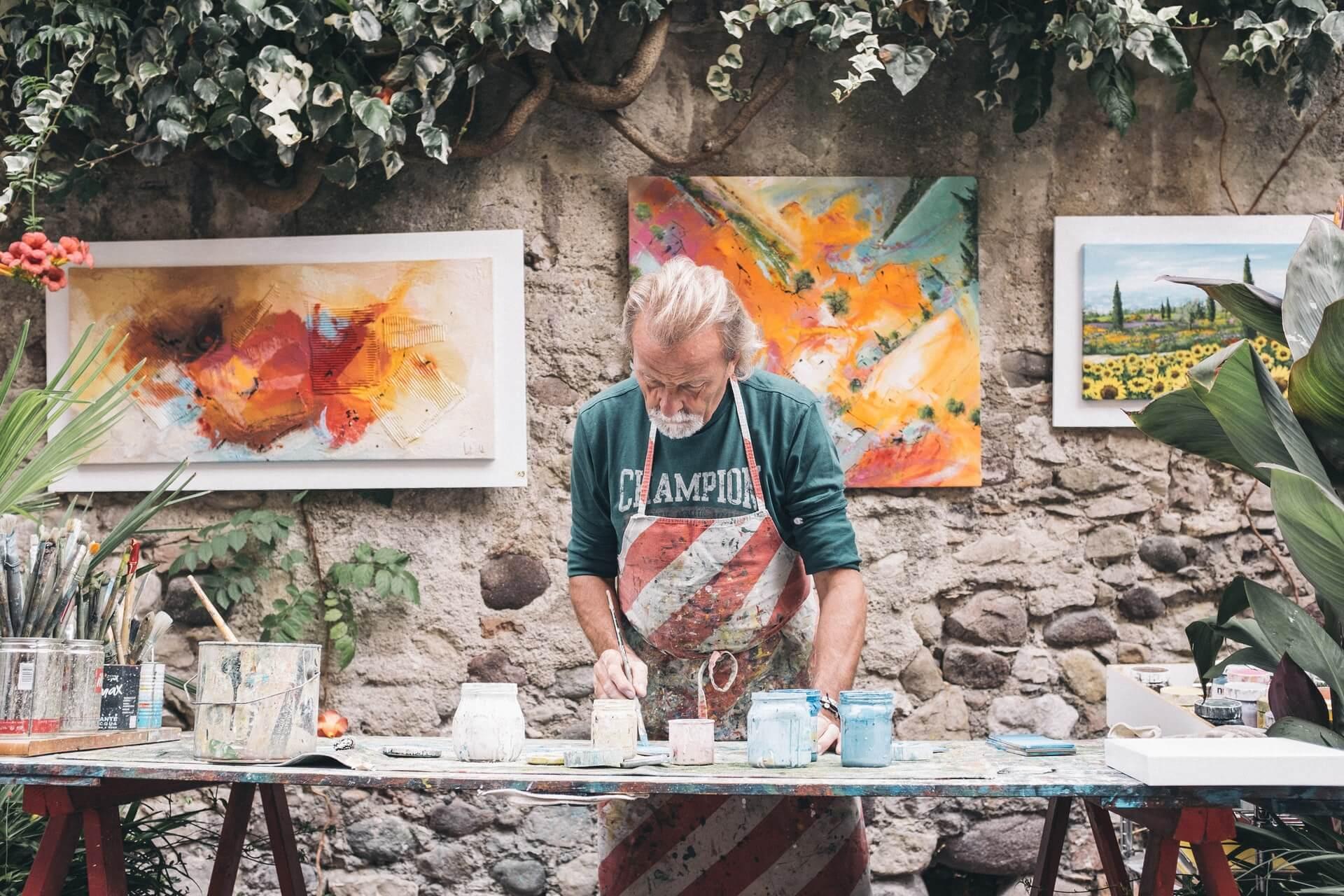 schilder aan het werk in zijn atelier